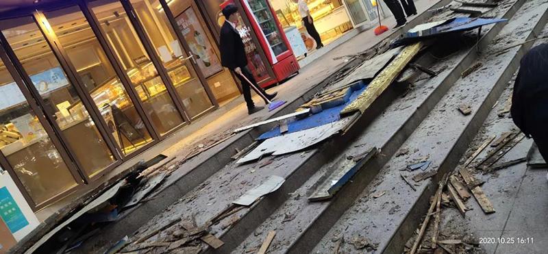临街门头广告牌掉落,谁的错?